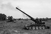 - NATO exercises in Friuli (northern Italy), Italian Army M 110 self-propelled gun (September 1984)....- esercitazioni NATO in Friuli (Italia settentrionale), cannone semovente M 110 dell' Esercito Italiano (settembre 1984)