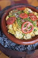 Afrique/Afrique du Nord/Maroc/Env d' Essaouira/Ounagha:  Table d'Hôte du Domaine: Le Val d'Argan - Préparation du tagine de légumes du potager bio du domaine
