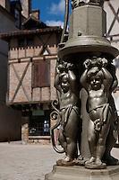 Europe/Europe/France/Midi-Pyrénées/46/Lot/Saint-Céré: Vieilles demeures et détail fontaine Place du Mercadial