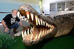 Foto: VidiPhoto<br /> <br /> VLISSINGEN – In reptielenzoo Iguana leven de meest wonderlijk reptielen en amfibieën. De meeste zijn door de douane of bij particulieren in beslag genomen. De Vlissingse reptielenopvang probeert waar mogelijk de dieren te herplaatsen in dierentuinen of weer terug te zetten in de natuur. Waar dat niet mogelijk is zorgt Iguana zelf voor opvang en zijn de dieren voor bezoekers te zien. Foto: Ad Bom bij een zeekrokodil.