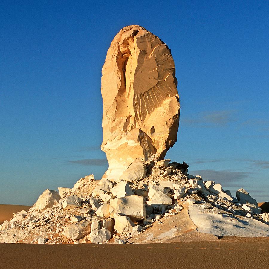 Egypte. DeÃÅsert libyque. DeÃÅsert Blanc (Sahra al-Beida) entre l'oasis de Bahariyya et l'oasis de Farafra. massifs de craie eÃÅmergeant du sable..Egypt. Lybic desert. White Desert (Sahra al-Beida) between  Bahariyya oasis and Farafra oasis. Chalk sculptures emerging from the sand.