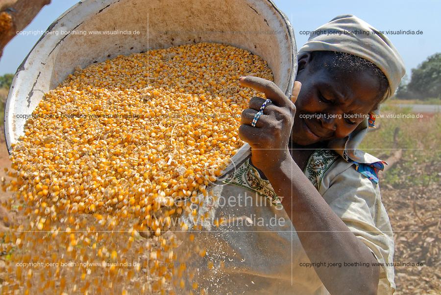 Afrika MALI Baeuerin trennt Spreu vom Maiskorn | .Western Africa MALI, woman with corn in village