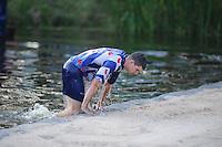 FIERLJEPPEN: BURGUM: 07-06-2014, Thewis Hobma wint, Oane Galama te water, ©foto Martin de Jong