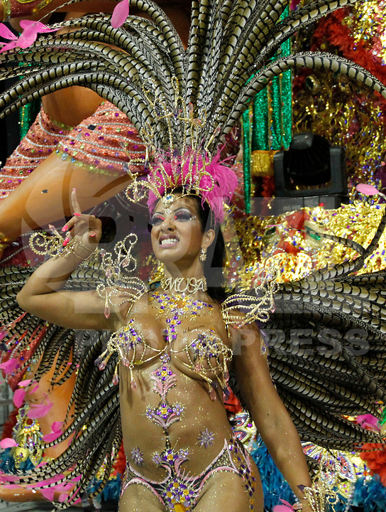 SÃO PAULO, SP, 05 DE MARÇO DE 2011 - CARNAVAL 2011 / ÁGUIA DE OURO - Integrante da Águia de Ouro, após o segundo dia dos desfiles as escolas do Grupo Especial de São Paulo, no Sambódromo do Anhembi, zona norte da capital paulista, na noite deste sábado (05). (FOTO: VANESSA CARVALHO/ NEWS FREE)