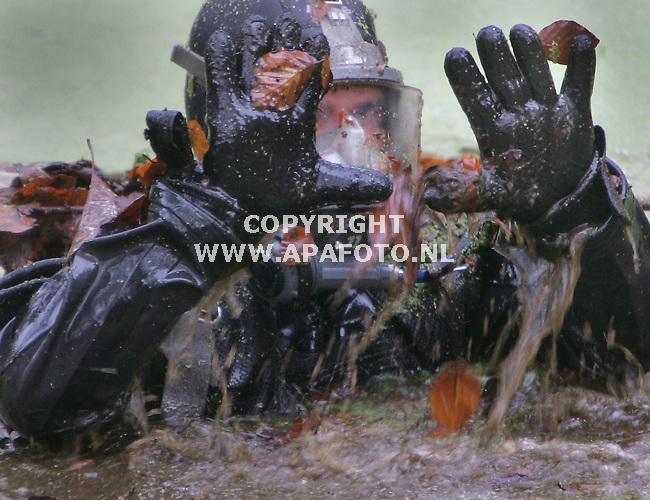 Arnhem, 021205<br />Duikers van de landmacht Genie Duikpeleton zoeken in water  naar het vuurwapen waarmee in september de twintigjarige Achmed uit Arnhem werd doodgeschoten. Het spreng ligt zo'n 100 meter van de plek waar de jongen is vermoord. De duikers moeten handmatig de modderige bodem van het koude water afzoeken.<br />Foto: Sjef Prins - APA Foto