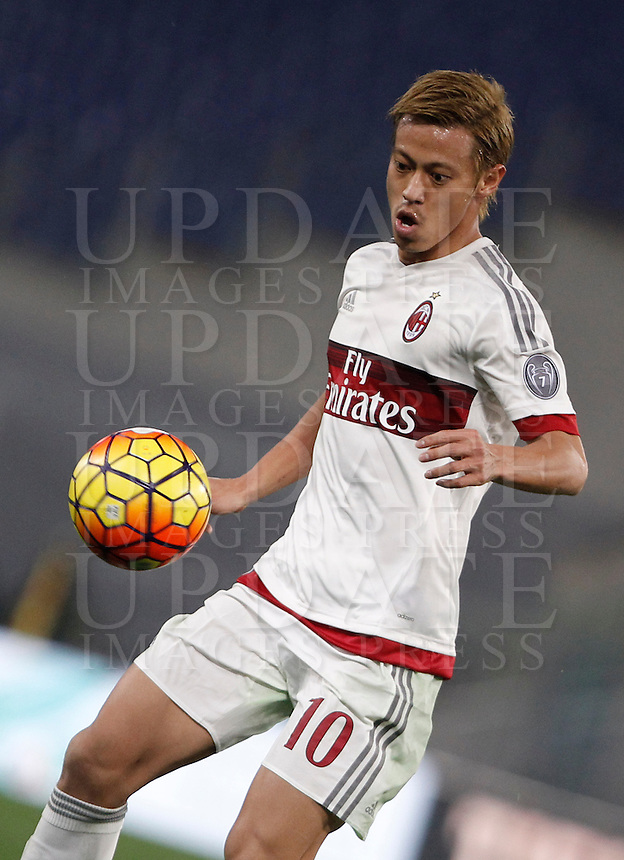 Calcio, Serie A: Roma vs Milan. Roma, stadio Olimpico, 9 gennaio 2016.<br /> AC Milan's Keisuke Honda controls the ball during the Italian Serie A football match between Roma and Milan at Rome's Olympic stadium, 9 January 2016.<br /> UPDATE IMAGES PRESS/Isabella Bonotto