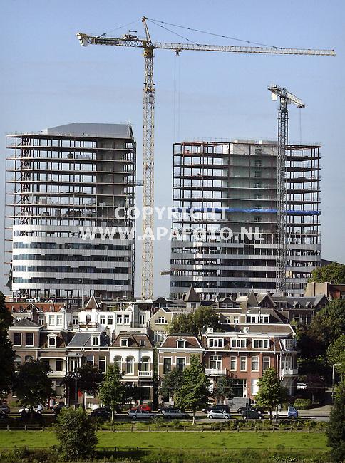 De Arnhemse skyline vanaf de Sonsbeekheuvel krijgt door het nieuwe stationsplein een totaal nieuwe aanblik. Twee 68 meter hoger kantoorflats met zestien verdiepingen overschaduwen de karakteristieke 19e eeuwse woningen op de voorgrond die vroeger het beeld van de omgeving bepaalden. De<br />kraan torent met zijn ruim honderd meter boven de flats uit. De Parktoren(links), het nieuwe onderkomen van Essent, wordt naar verwachting 31 maartvolgend jaar opgeleverd, de Rijntoren enkele maanden later. Bouwbedrijf Van Grunsven uit Erp nam het werk aan van opdrachtgever Eurocommerce Projectontwikkeling, die de torens straks verhuurt. Ondanks de bouwvak wordt<br />er stevig doorgewerkt.<br />foto frans Ypma APA-foto