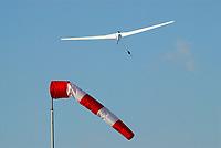 Windenstart mit einem Segelflugzeug in Hamburg Boberg: EUROPA, DEUTSCHLAND, HAMBURG, (GERMANY), 25.10.2008: Windenstart mit einem Segelflugzeug in Hamburg Boberg