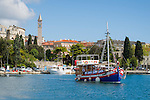 Croatia, Istria, Pula: marina, at background the Pula Arena (amphitheatre) and steeple of church St Anton | Kroatien, Istrien, Pula: Hafen, dahinter das Amphitheater und der Turm der Kirche Sankt Anton