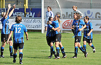 VV Rassing Harelbeke - Dames Club Brugge : vreugde bij Bianka Ternier en haar ploegmaats nadat ze de 1-4 tegen de netten had geprikt.foto VDB / BART VANDENBROUCKE