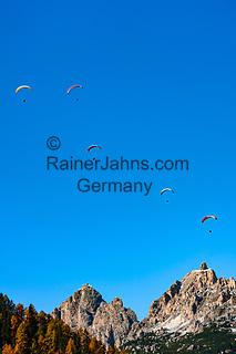 Italien, Suedtirol (Trentino-Alto Adige), Dolomiten, bei Kolfuschg: Paraglider oberhalb der Puez-Gruppe | Italy, South Tyrol (Trentino-Alto Adige), Dolomites, near Colfosco in Badia: paraglding above Puez mountains