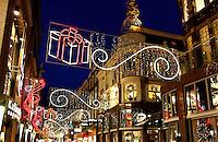 Verlichte winkelstraat tijdens de feestdagen