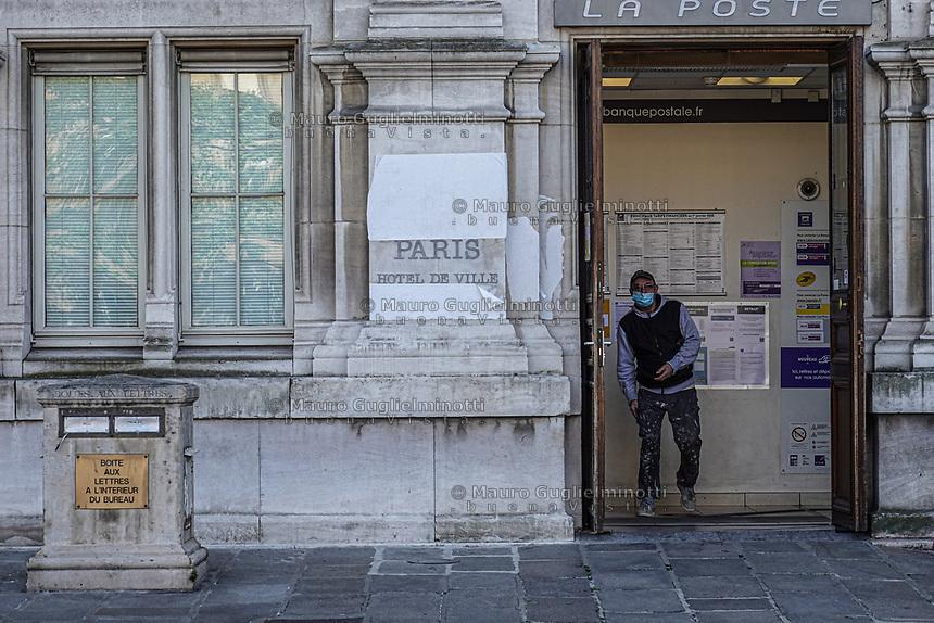 Un uomo esce dall'ufficio postale