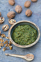 Walnuss-Pesto, Walnuss-Pesto, Walnuss-Pesto, Walnuss-Pesto, Pesto aus Walnüssen, Olivenöl, Knoblauch und Petersilie, Walnuß, Walnuss, Walnüsse, Wal-Nuss, Wal-Nuß, Juglans regia, Walnut, Walnuts, Noyer commun