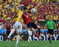 FORTALEZA - BRASIL -04-07-2014. James Rodriguez (#10) jugador de Colombia (COL) disputa un balón con Oscar (#11) jugador de Brasil (BRA) durante partido de los cuartos de final por la Copa Mundial de la FIFA Brasil 2014 jugado en el estadio Castelao de Fortaleza./ James Rodriguez (#10) player of Colombia (COL) fights the ball with Oscar (#11) player of Brazil (BRA) during the match of the Quarter Finals for the 2014 FIFA World Cup Brazil played at Castelao stadium in Fortaleza. Photo: VizzorImage / Alfredo Gutiérrez / Contribuidor