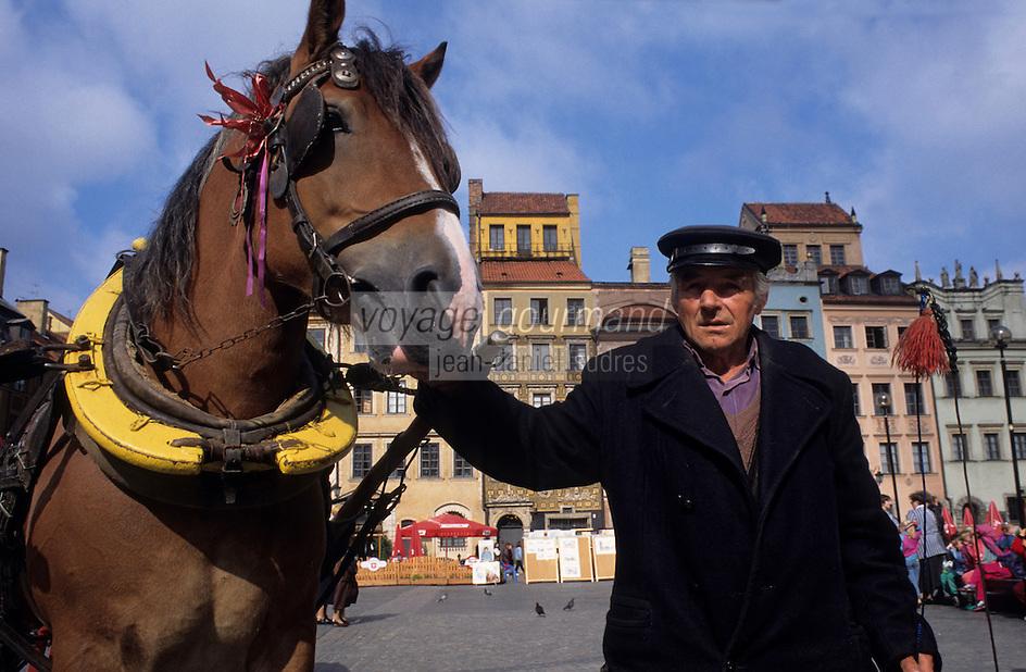 Europe/Pologne/Varsovie: Place du vieux-marché (Rynek Starego Miasta) de la vieille ville, cocher et fiacre