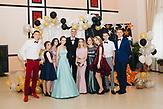 """Alexander mit seinen Schülern vor der Abschlussfeier im örtlichen Kulturhaus,Alexander Jadrin ist ein Lehrer als Quereinsteiger im Rahmen des Programmes """"Lehrer für Russland"""". Er lehrt seit 4 Jahren an der Grundschule in Karinskoje, 70 km westlich von Moskau. / Alexander Yadrin in Karinskoye school"""
