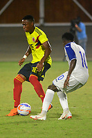 BARRANQUILLA - COLOMBIA, 22-07-2018: Neider Barona (Izq.) jugador de Colombia, disputa el balón con Carlos Mejía (Der.) jugador de Honduras, durante el encuentro de primera ronda, grupo A, en el estadio Romelio Martinez de la ciudad de Barranquilla, en fútbol masculino de los Juegos Centroamericanos y del Caribe Barranquilla 2018. Colombia empató el partido con marcador 1-1. / Neider Barona (L) player of Deportivo Pasto fights for the ball with Carlos Mejia (R) player of Honduras, during the first round match, group A, in Men's soccer, at the Romelio Martinez Stadium in Barranquilla city, of the Central American and Caribbean Sports Games Barranquilla 2018. Colombia tie the match by score of 1-1 goal. Photos: VizzorImage / Alfonso Cervantes / Cont.