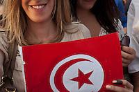 23 ottobre 2011 Tunisi, elezioni libere per l'Assemblea Costituente, le prime della Primavera araba:  una giovane donna tiene in mano la bandiera tunisina. Ha il dito macchiato di inchiostro nero, segno che ha votato.<br /> premieres elections libres en Tunisie octobre <br /> tunisian elections october antiislamisti manifestano contro il risultato