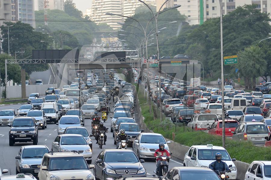 SAO PAULO, SP, 26.11.2013 – TRÂNSITO EM SÃO PAULO: Trânsito na Av. 23 de Maio, próximo ao Parque do Ibirapuera, zona sul de São Paulo na tarde desta terça feira. Foto: Levi Bianco - Brazil Photo Press.