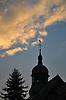 Kirchturm der Evangelischen Kirche von Rommersheim (18. Jh.) als Silhouette gegen den Abendhimmel