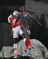 BOGOTA - COLOMBIA - 26 - 01 - 2018: Leyvin Balanta (Izq.) player de Independiente Santa Fe disputa el balón con Yamilson Rivera (Der.) jugador de America de Cali, durante partido entre Independiente Santa Fe y America de Cali, por el Torneo Fox Sports 2018, jugado en el estadio Nemesio Camacho El Campin de la ciudad de Bogota. / Leyvin Balanta (L) player of Independiente Santa Fe vies for the ball with Yamilson Rivera (R) player of America de Cali, during a match between Independiente Santa Fe y America de Cali, for the Fox Sports Tournament 2018, played at the Nemesio Camacho El Campin stadium in the city of Bogota. Photo: VizzorImage / Luis Ramirez / Staff.
