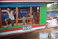 """Embarquement pour le """"slow boat"""" à Huay Xai près de la frontière Thaïlandaise, en direction de Luang Prabang au Laos."""