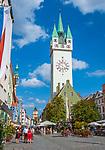 Deutschland, Niederbayern, Straubing: Theresienplatz mit Stadtturm, im Hintergrund der Wasserturm | Germany, Lower Bavaria, Straubing: Theresien Square with City Tower, background water tower