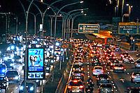 Transito congestionado na avenida 23 de Maio. São Paulo. 2008. Foto de Juca Martins.