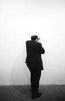 Umberto Eco è stato un semiologo, filosofo, scrittore, traduttore, accademico, bibliofilo e medievista italiano. Saggista e intellettuale di fama mondiale, ha scritto numerosi saggi di semiotica, estetica medievale, linguistica e filosofia, oltre a romanzi di successo. Milano, 12 maggio 1988. Photo by Leonardo Cendamo/Getty Images