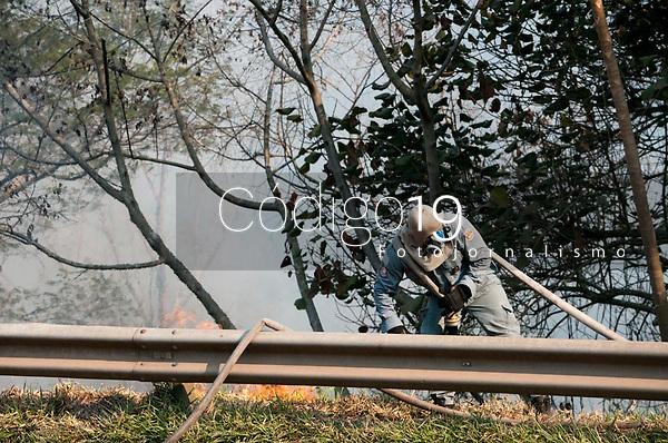 SÃO PAULO, SP, 23.08.2021: Incêndio Parque Estadual Juquery SP -Vista do Parque Estadual do Juquery na manhã desta segunda - feira (23). No destaque Bombeiro no combate apagar fogo na vegetação no Parque Estadual Juquery na cidade de Franco da Rocha SP.