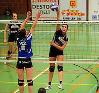 Tievolley Tielt - Vlamvo Vlamertinge : Veerle Verkest smasht de bal voorbij het blok van Julie Decock (links).foto VDB / BART VANDENBROUCKE