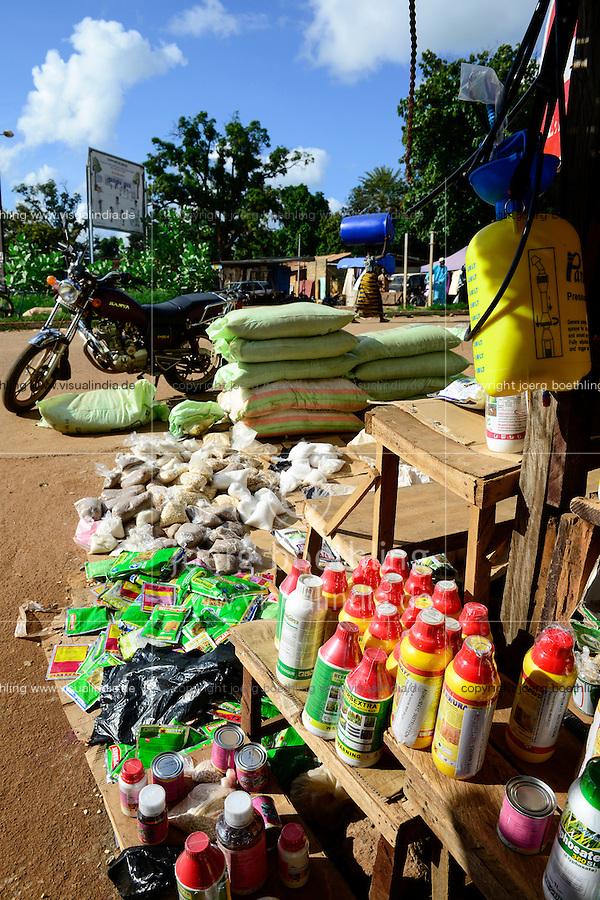 BURKINA FASO, Gaoua, market, sale of pesticides, fertilizer, seeds / Marktstand mit Pestiziden, Herbiziden, Dünger, Saatgut