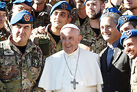 Papa Francesco posa con un gruppo di militari dell'Esercito Italiano al termine dell'udienza generale del mercoledi' in Piazza San Pietro, Citta' del Vaticano, 9 novembre 2016.<br />