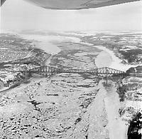 Glace sur le Fleuve Saint-Laurent,27 decembre 1969<br /> <br /> On reconnait la pointe et le pont de Quebec<br /> <br /> Photo : Agence Quebec Presse