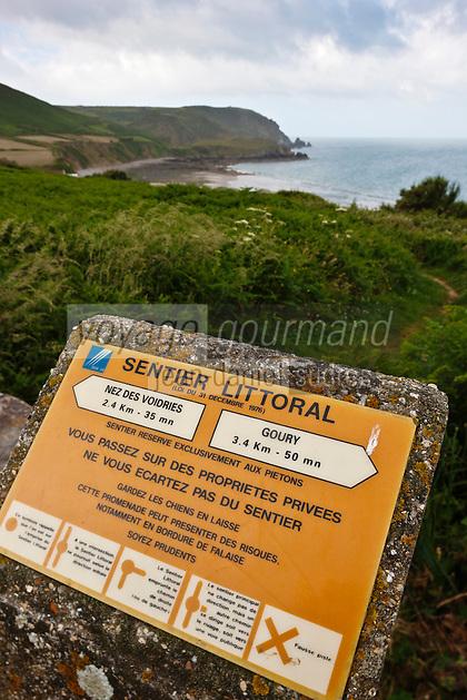 Europe/France/Normandie/Basse-Normandie/50/Manche/Presqu'île de la Hague/ Env de Jobourg: Panneau du GR Sentier Littoral  ou Sentier des Douaniers en Baie d'Ecalgrain en fond le Nez de Voidries