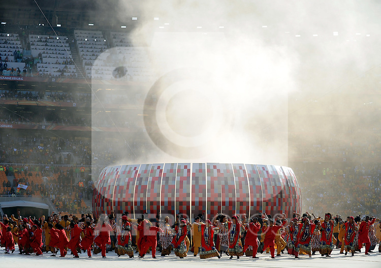 11.06.2010, Soccer City Stadium, Johannesburg, RSA, FIFA WM 2010, Eröffnungsfeier, im Bild The opening ceremony takes place around a mock up of Soccer City Stadium, EXPA Pictures © 2010, PhotoCredit: EXPA/ IPS/ Mark Atkins