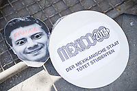 """Am Donnerstag den 23. April 2015 protestierten Angehoerige und Freunde von 43 Studenten die im September 2014 Mexiko ermordet wurden vor der mexikanischen Botschaft in Berlin.<br /> Polizisten hatten die Studenten in der Stadt Iguala entfuehrt und sie der kriminellen Organisation """"Guerreros Unidos"""" uebergeben. Der Mord wurde bis heute nicht aufgeklaert und die mexikanische Regierung behindert bis heute die Aufklaerung.<br /> Die Demonstranten forderten endlich eine Aufklaerung ueber die Morde und dass die Verantwortlichen zur Rechenschaft gezogen werden.<br /> 23.4.2015, Berlin<br /> Copyright: Christian-Ditsch.de<br /> [Inhaltsveraendernde Manipulation des Fotos nur nach ausdruecklicher Genehmigung des Fotografen. Vereinbarungen ueber Abtretung von Persoenlichkeitsrechten/Model Release der abgebildeten Person/Personen liegen nicht vor. NO MODEL RELEASE! Nur fuer Redaktionelle Zwecke. Don't publish without copyright Christian-Ditsch.de, Veroeffentlichung nur mit Fotografennennung, sowie gegen Honorar, MwSt. und Beleg. Konto: I N G - D i B a, IBAN DE58500105175400192269, BIC INGDDEFFXXX, Kontakt: post@christian-ditsch.de<br /> Bei der Bearbeitung der Dateiinformationen darf die Urheberkennzeichnung in den EXIF- und  IPTC-Daten nicht entfernt werden, diese sind in digitalen Medien nach §95c UrhG rechtlich geschuetzt. Der Urhebervermerk wird gemaess §13 UrhG verlangt.]"""