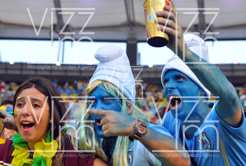 BELO HORIZONTE - BRASIL -28-06-2014. Los hinchas uruguayos disfrutan del juego de los octavos de final en el estadio Maracaná de Rio de Janeiro entre Colombia (COL) y Uruguay (URU), hoy 29 de junio de 2014, por la Copa Mundial de la FIFA Brasil 2014./ Fans of Uruguay enjoy the match of the Round of 16 at Maracana stadium in Rio do Janeiro between Colombia (COL) and Grece(GRC), today June 28 2014 for the 2014 FIFA World Cup Brazil. Photo: VizzorImage / Alfredo Gutiérrez / Contribuidor