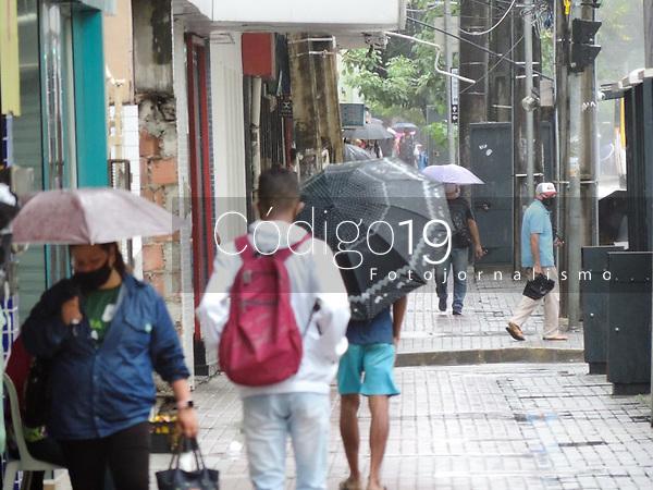 Recife (PE), 03/08/2021 - Clima-Recife - Movimentação no centro de Recife na manhã desta terça-feira (03). A Agência Pernambucana de Águas e Clima (Apac) faz alerta sobre chuvas nas próximas 24h em Recife.
