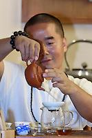 Tee Zeremonie mit Meister Hu im Mandarin Oriental Hotel in Sanya auf der Insel Hainan, China<br /> tea ceremony with master Hu in Mandarin Oriental Hotel in Sanya, Hainan island, China