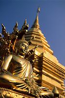 Asie/Thaïlande/Env de Chiang Mai/Parc National de Doi Suthep-Doi Pui : Sanctuaire du Wat Phra That Doi Suthep dans la montagne Doi Suthep (Fondé en 1383 pour abriter de précieuses reliques) - Détail Bouddha et Chedi central