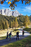 Oesterreich, Salzburger Land, Pongau, bei Filzmoos: Herbstlandschaft vor dem Dachsteingebirge, Gosaukamm, Wanderer unterwegs | Austria, Salzburger Land, Pongau, near Filzmoos: autumn scenery and Dachstein Mountain Range, hikers