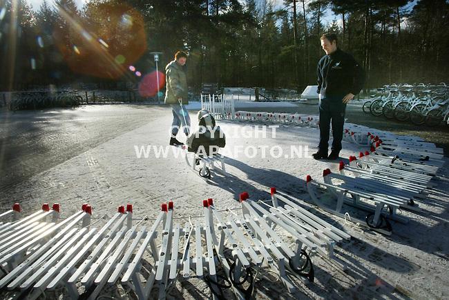 """hoge veluwe 310103 na de"""" witte"""" fietsen die het park de hoge veluwe sinds de tachtiger jaren met veel succes  heeft ingezet, is vandaag ook de """" witte"""" slee geintroduceerd. Net nu het gesneeuwd heeft, en er morgen nog meer sneeuw verwacht wordt staan er 50 """"witte"""" sleeen voor de bezoekers die samen met hun kinderen van het winterse park willen genieten. <br />foto: een gezinnetje profiteerde vandaag al van de gisteren gevallen sneeuw.<br />foto frans ypma APA-foto"""