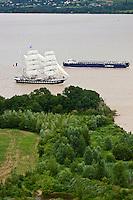 Europe/France/Aquitaine/33/Gironde/ Vue aérienne du Belem et de la Barge pour le transport des éléments de l' Airbus A380 à Bordeaux sur la Garonne - Estuaire de la Gironde