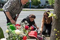 Mahnwache fuer Burak Bektas.<br /> Am Donnerstag den 5. Mai 2016 versammelten sich Angehoerige und Freunde des am 5. April 2012 ermordeten Burak Bektas in Berlin-Neukoelln an der Stelle, an der ein Unbekannter ihn 2012 erschossen hat. Der Unbekannte schoss in der Nacht zum 5. April 2012 fuenfmal wortlos auf eine Gruppe von Jugendlichen. Der 22jaehrige Burak Bektas erlag noch am Tatort seinen Verletzungen, zwei seiner Freunde wurden lebensgefaehrlich verletzt.<br /> Die Familie von Burak und Freunde forderten nach ueber zwei Jahren angeblich erfolgloser Ermittlungen der Berliner Polizei Aufklaerung ueber die Ermittlungsarbeit und etliche Ungereimtheiten bei den Ermittlungen.<br /> Bildmitte: Melek Bektas, die Mutter von Burak.<br /> 5.5.2016, Berlin<br /> Copyright: Christian-Ditsch.de<br /> [Inhaltsveraendernde Manipulation des Fotos nur nach ausdruecklicher Genehmigung des Fotografen. Vereinbarungen ueber Abtretung von Persoenlichkeitsrechten/Model Release der abgebildeten Person/Personen liegen nicht vor. NO MODEL RELEASE! Nur fuer Redaktionelle Zwecke. Don't publish without copyright Christian-Ditsch.de, Veroeffentlichung nur mit Fotografennennung, sowie gegen Honorar, MwSt. und Beleg. Konto: I N G - D i B a, IBAN DE58500105175400192269, BIC INGDDEFFXXX, Kontakt: post@christian-ditsch.de<br /> Bei der Bearbeitung der Dateiinformationen darf die Urheberkennzeichnung in den EXIF- und  IPTC-Daten nicht entfernt werden, diese sind in digitalen Medien nach §95c UrhG rechtlich geschuetzt. Der Urhebervermerk wird gemaess §13 UrhG verlangt.]