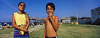 Cuba/Env de la Havane/Cojimar: Un dimanche à la plage, enfants à Cojimar, le port [où le bateau de pêche d'Ernest Hemingway était arrimé]