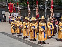 Wachablösung in tradionellen Uniformen am Daehanmun Tor zum Palast Deoksugung in Seoul, Südkorea, Asien<br /> Changing of the guard in traditional Uniforms at Daehanmun gate of palace Deoksugung, Seoul, South Korea, Asia