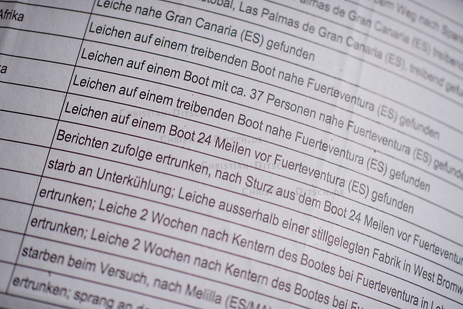 Plakat mit einem Teil der Namen der 33.293 namentlich bekannten Asylsuchenden, Fluechtlingen und Migranten, die seit 1993 auf der Flucht nach Europa und aufgrund der restriktiven Asylpolitik in der EU zu Tode gekommen sind. Das Plakat ist nur ein Auszug aus einer Liste.<br /> Zusammengestellt wurde die Liste von UNITED for Intercultural Action, dem europaeischen Netzwerk gegen Nationalismus, Rassismus, Faschismus und fuer die Unterstützung von Migranten und Gefluechteten.<br /> 12.11.2017, Berlin<br /> Copyright: Christian-Ditsch.de<br /> [Inhaltsveraendernde Manipulation des Fotos nur nach ausdruecklicher Genehmigung des Fotografen. Vereinbarungen ueber Abtretung von Persoenlichkeitsrechten/Model Release der abgebildeten Person/Personen liegen nicht vor. NO MODEL RELEASE! Nur fuer Redaktionelle Zwecke. Don't publish without copyright Christian-Ditsch.de, Veroeffentlichung nur mit Fotografennennung, sowie gegen Honorar, MwSt. und Beleg. Konto: I N G - D i B a, IBAN DE58500105175400192269, BIC INGDDEFFXXX, Kontakt: post@christian-ditsch.de<br /> Bei der Bearbeitung der Dateiinformationen darf die Urheberkennzeichnung in den EXIF- und  IPTC-Daten nicht entfernt werden, diese sind in digitalen Medien nach §95c UrhG rechtlich geschuetzt. Der Urhebervermerk wird gemaess §13 UrhG verlangt.]