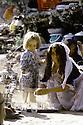 Irak 1985  Dans les zones libérées, région de Lolan, femme préparant le thé et sa petite fille  Iraq 1985 In liberated areas, Lolan district, a woman fixing tae and her little girl
